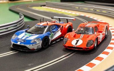 Scalextric C3893A Legends Le Mans 1967 - 50 Years of Ford Twin Pack Ford MKIV #1 Dan Gurney, AJ Foyt / Ford GT GTE #67 Harry Tincknell, Andy Priaulx, Pipo Derani